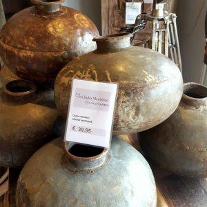 Oude metalen waterpot