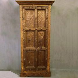 Indiakast-oud-donker-bruin-metaal-beslag-op-deur