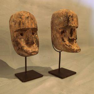 Oud masker van hout op standaard