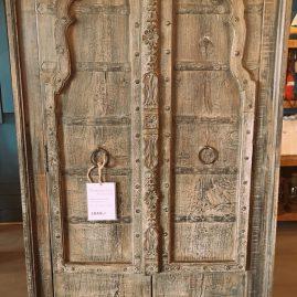 Unieke Indiakast met 2 bewerkte deuren