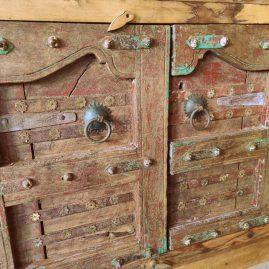 Dressoir met oude poortdeuren