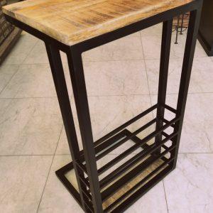 Laptoptafel-mangohout-met-rekje-metaal-aan-voorzijde-schuin.